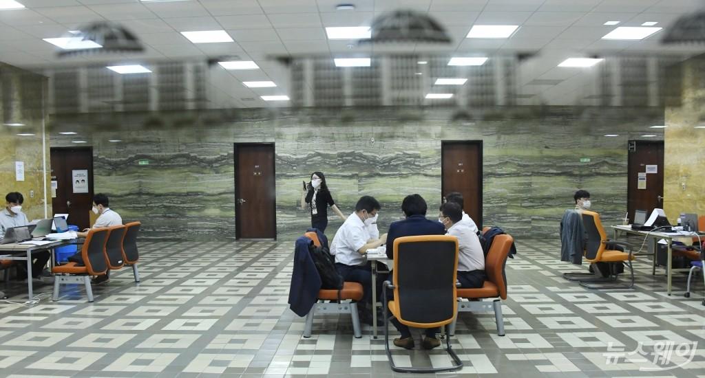 [NW포토]2021국감시작 '코로나19 팬데믹에 국정감사 기간 한산한 국회 모습'