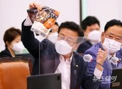 [NW포토]윤재갑 의원 '농협, 최하위등급 젖소고기로 만든 갈비탕 '국산 소갈비' 광고 판매