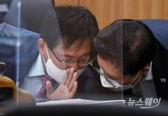 [NW포토]국감에서 대화하는 이헌승 국토위원장과 송석준 국민의힘 간사
