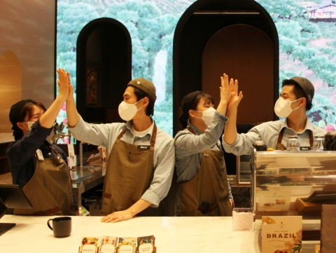 스타벅스, 1600명 채용 확대·임금 체계 개편 나선다