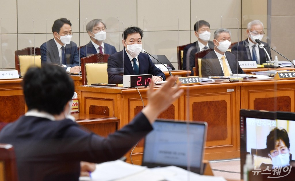 [NW포토]조수진 의원의 질의 받는 김오수 검찰총장