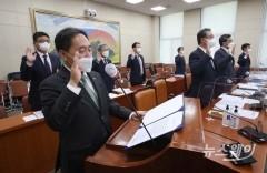 [NW포토]국간 증인선서하는 김태현 예금보험공사 사장