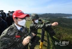 [NW포토]北 살펴보는 민홍철 국방위원장
