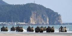 [NW포토]백령도 해병대 한국형돌격상륙장갑차 탑승한 국방위 의원들