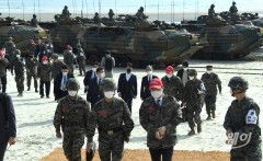 [NW포토]해병대 6여단장의 안내 받는 민홍철 국방위원장