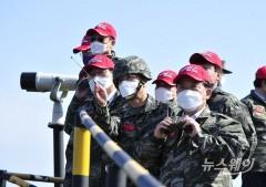 [NW포토]백령도 찾아 北 전방지형 둘러보는 국방위 의원들