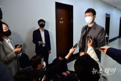 [NW포토]취재진 앞에 선 김웅 의원