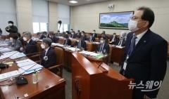 [NW포토]김웅 의원 질의에 답하는 장준영 한국환경공단 이사장