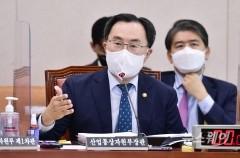 [NW포토]종합국감 질의에 답변하는 문승욱 장관