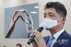 [NW포토]국감질의에 답변하는 김범수 카카오 의장