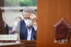 [NW포토]국감 증인석에 자리한 홍원식 남양유업 회장